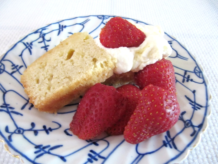 1-poundcake-with-strawberries-img_1433_fotor